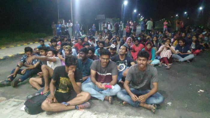 Several students whom DH spoke to said it was impossible for them to vacate the hostel within 24 hours as a chunk of them hail from far-away states like West Bengal, Kashmir, and Assam. (DH Photo)