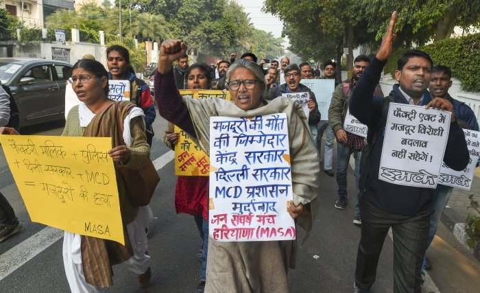 Activists of Jan Sangharsh Manch shout slogans during a protest near Delhi Chief Minister Arvind Kejriwal's residence over Anaj Mandi fire incident. (PTI Photo)