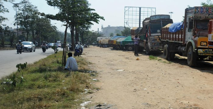 Though the trucks parked on the service road near Veerabhadra Nagar junction are causing traffic congestion, the police do not seem to be bothered. DH Photo/Pushkar V