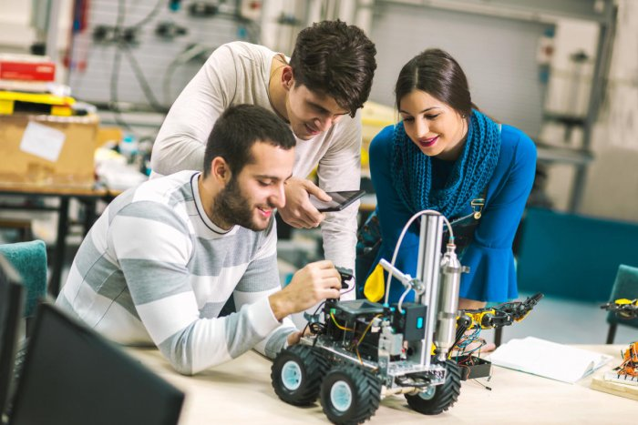 Robotics engineers should have expertise in both hardware and software.