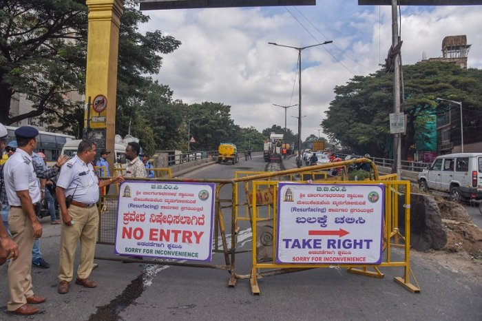 BGS flyover road repair work is started and one side road is closed and traffic is diverted at Mysuru. (DH Photo)