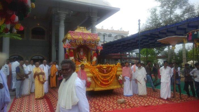Sri Shivarathreeshwara Swamy's statue was taken out on a procession, accompanied by folk troupes. DH Photo