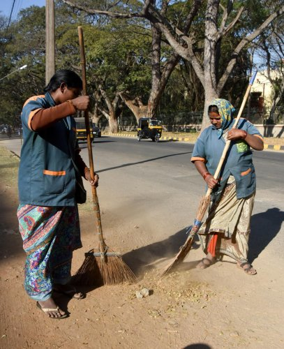 Civic workers take up cleaning work in Mysuru. DH-File Photo