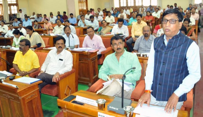 MLC S L Bhoje Gowda raises a point during a KDP meeting in Chikkamagaluru. DH Photo