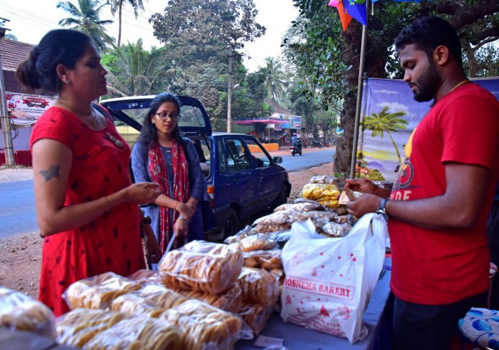 Women buy 'kuswar' from a stall at Kulshekhar road in Mangaluru on the eve of Christmas. DH Photo/Govindaraj Javali