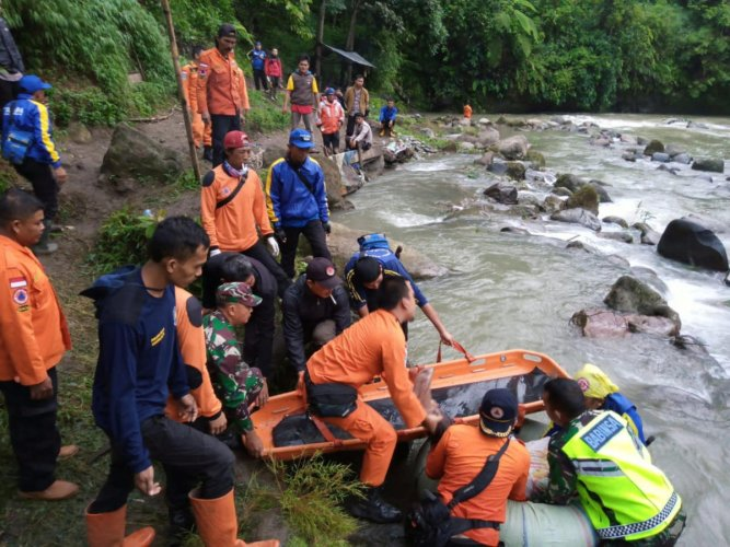 Rescue workers carry the body of a passenger of Sriwijaya bus following an accident at Liku Lematang, South Sumatra province. (Reuters Photo)
