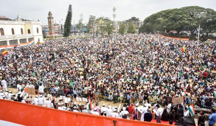 Thousands of people participated in a protest organised by Mysuru United Muslim Welfare Trust, in Mysuru on Thursday. DH photo/Savitha B R
