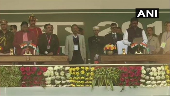 Hemant Soren takes oath as the Chief Minister of Jharkhand; oath administered by Governor Droupadi Murmu. (Twitter Image/@ANI)