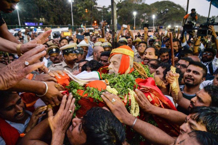 Devotees and followers carry the mortal remains of Pejawar Mutt seer Vishwesha Teertha Swami ji,who passed away on Sunday morning. PTI
