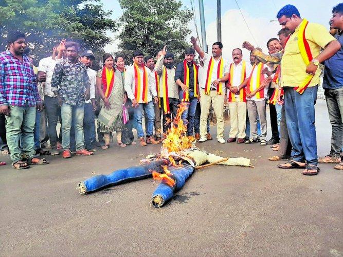 Members of the pro-Kannada organsations burn the effigy of Maharashtra chief minister Uddhav Thackeray in Belagavi on Saturday, demanding action against the Shiv Sena members for burning the Kannada flag at Kolhapur in Maharashtra. DH Photo