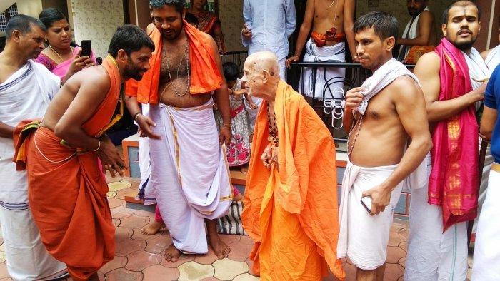 On May 31, 2019, Pejawar seer Vishwesha Theertha Swami called on priest Ganesha Upadhyaya in Andagove near Suntikoppa in Kodagu district.