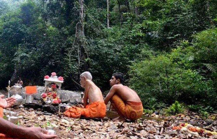 Pejawar seer Vishwesha Theertha Swami performed puja on the banks of a water body at Mundagaru, Sringeri taluk.