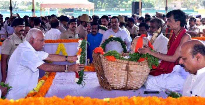 Karnataka Chief Minister B S Yediyurappa, former Chief Minister Siddaramaiah, deputy chief minister Govind Karjol and Karnataka revenue minister R Ashoka also paid their homage.