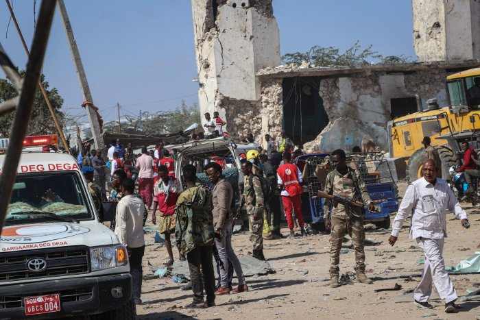 Somali soldiers secure the scene at a car bombing attack site in Mogadishu. (AFP Photo)