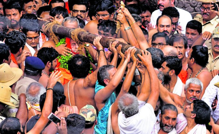The body of Pejawar Mutt senior pontiff Vishwesha Theertha Swami, placed in a bamboo basket, is brought out of the Pejawar Mutt in Udupi on Sunday.