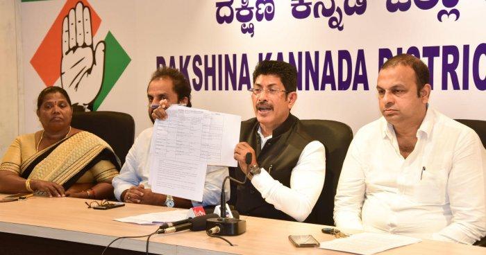 KPCC spokesperson A C Vinayaraj shows the form of NPR during a press meet in Mangaluru.