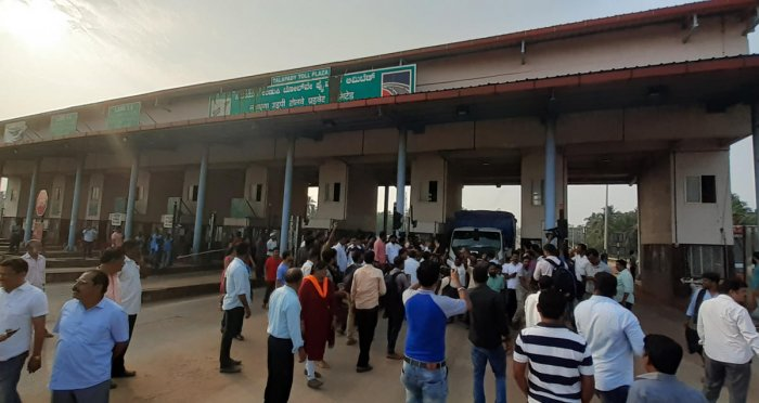 Protesters, led by BJP MLAs, gather at the toll gate at Talapady.