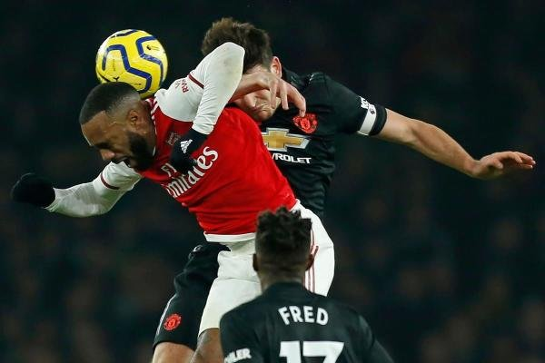 Arsenal's French striker Alexandre Lacazette (L) vies with Manchester United's English defender Harry Maguire (R) during the English Premier League football match between Arsenal and Manchester United at the Emirates Stadium in London on January 1, 2020. (AFP Photo)
