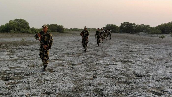 BSF jawans patrolling near Cori Creek in Kutch district. DH photo/Satish Jha