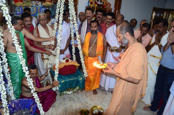 Admar Mutt junior Pontiff Eshapriya Theertha Swami offers 'Tulabhara Seve' to Admar Mutt presiding deity (Pattada Devaru) Lord Chaturbhuja Kaleeyamardana Krishna in Kadri, Mangaluru. DH Photo