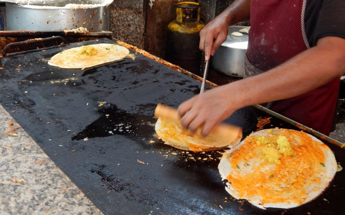 In dosa carts, traditional dosas are served withunconventional fillings to make a unique snack.