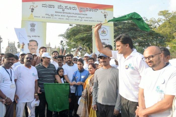 Indian former cricketer Javagal Srinath flags off 'Ploggathon' in front of Kote Anjaneya Swami temple, in Mysuru, on Sunday. MLA L Nagendra, Mayor Pushpalatha Jagannath, MCC Additional Deputy Commissioner M N Shashikumar and Commissioner Gurudatta Hegde are seen.