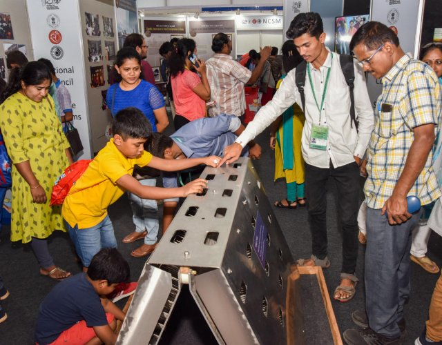Vistors look at a science model at the expo held as part of 107th Indian Science Congress on the GKVK premises in Bengaluru on Sunday. DH PHOTO