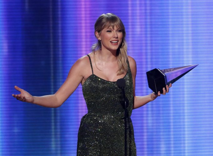 """""""This album really felt like a new beginning,"""" Swift said, thanking her fans. (Photo by Reuters)"""
