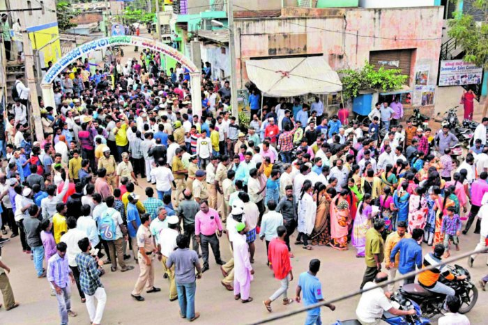 BJP workers abandon their awareness drive on Citizenship (Amendment) Act following opposition by people at Chalavadikeri in Hosapete on Monday. DH Photo