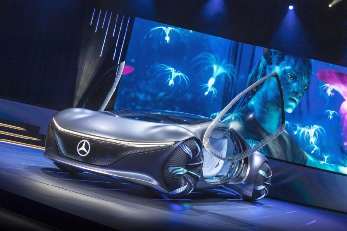 A menu selection projected onto the palm of the hand allows the passenger to intuitively choose between different functionalities. (Photo: Mercedes-Benz)