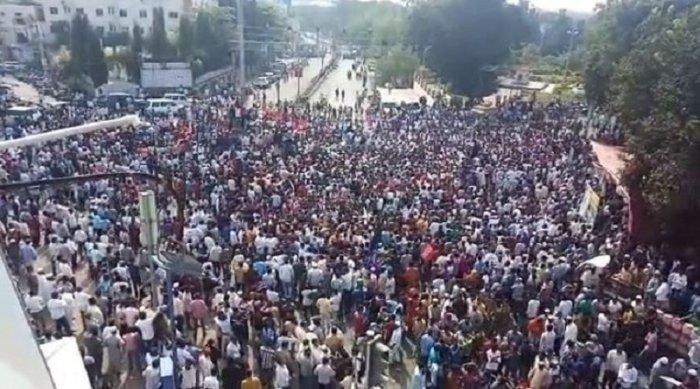 Thousands of people gathered at Jagat Circle In Kalaburagi city of Karnataka. (DHNS Photo)