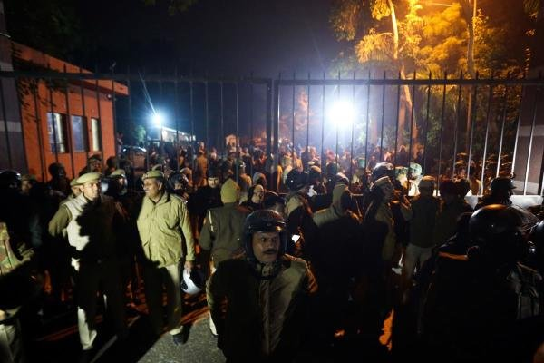 Police gather outside a gate of the Jawaharlal Nehru University (JNU) following alleged clashes between student groups in New Delhi on January 5, 2020. (AFP photo)