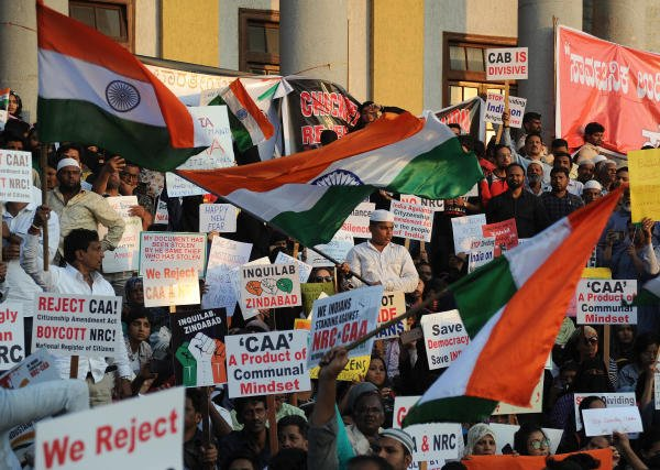 Hundreds protest against CAA at Town Hall in Bengaluru on Saturday. | DH Photo: Pushkar V
