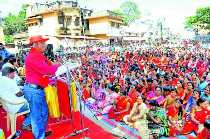 AITUC district unit president K Gunashekar addresses labourers in Chikkamagaluru.