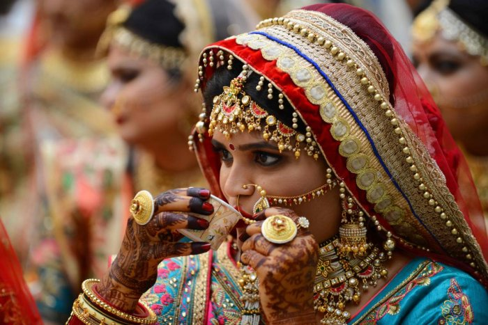 A bride drinks tea before a mass wedding ceremony in Surat, some 270 km from Ahmedabad on December 21, 2019. (AFP Photo)