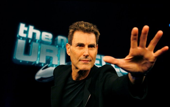 Israeli psychic Uri Geller poses for photographers in Cologne. (REUTERS photo)