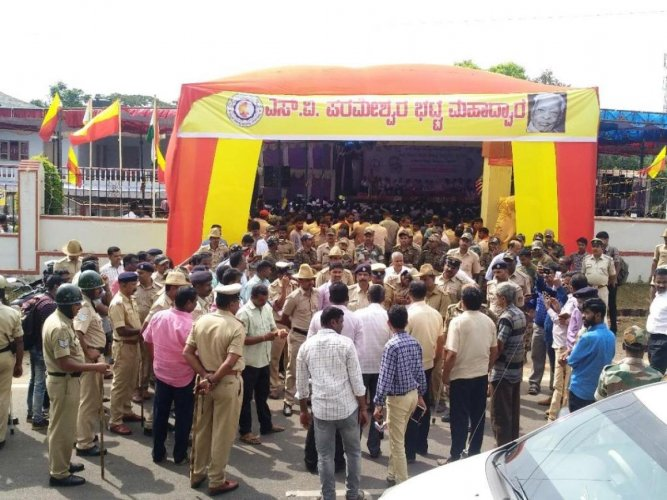 Police pacify protesters at the venue of Chikkamagaluru district-level Kannada Sahitya Sammelana, which began in Sringeri on Friday. dh photo