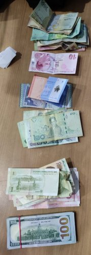 The personnel handed over the foreign currency recovered and the passenger to Customs officials for further inquiry. (DH Photo)