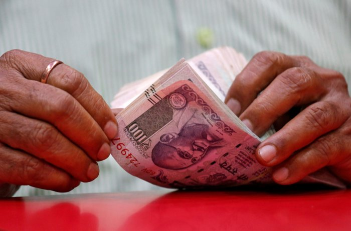 A man counts Indian currency notes. (REUTERS photo)