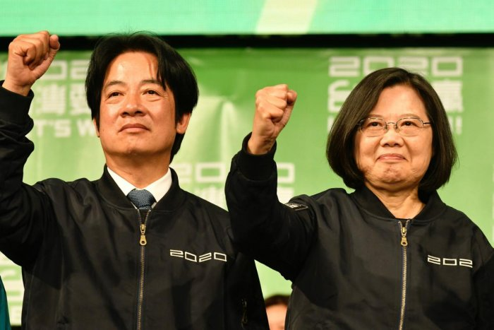 Taiwan President Tsai Ing-wen (R) and Vice President-elect William Lai (L) gesture outside the campaign headquarters in Taipei on January 11, 2020. (AFP Photo)
