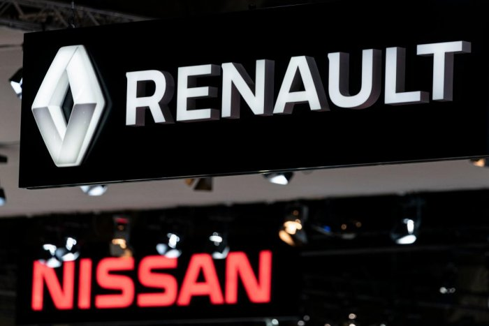Renault and Nissan autocar logos are pictured during the Brussel Motor Show (AFP PHOTO)
