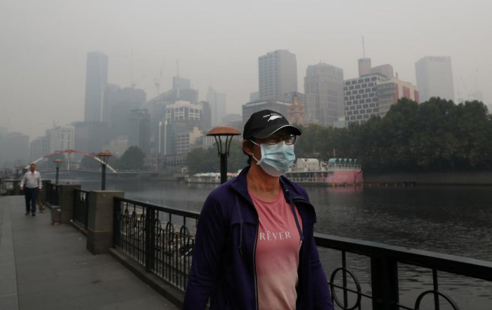 People wear breathing masks to protect themselves from a thick smoke haze from the bushfires, in Melbourne, Australia. (Reuters Photo)