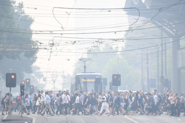 Morning commuters are seen through smoke haze from bushfires in Melbourne, Australia. (REUTERS photo)