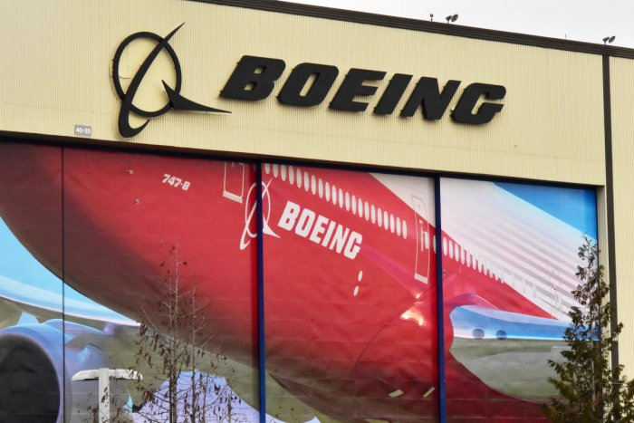 Boeing Co's logo is seen above the front doors of its largest jetliner factory in Everett, Washington, U.S. (REUTERS photo)