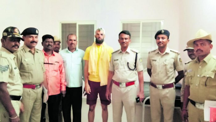 Australian tourist William Jones, who has fully recovered from the injuries sustained in a mob attack in Badami taluk, poses with the Kerur police station staff after his discharge from a Bagalkot hospital. DH photo