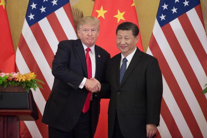 US President Donald Trump (L) shakes hands with China's President Xi Jinping. (AFP photo)