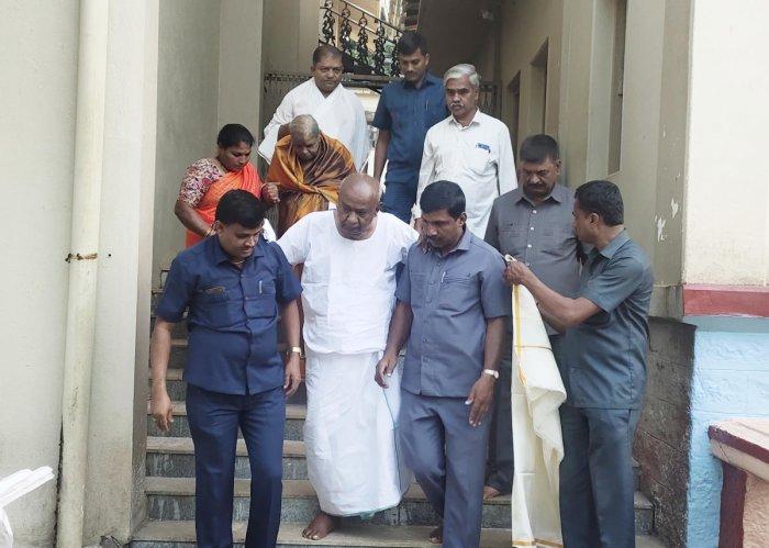 Former Prime Minister H D Deve Gowda and his wife Chennamma arrive at Sri Sharada Peetha, Sringeri on Thursday. DH Photo