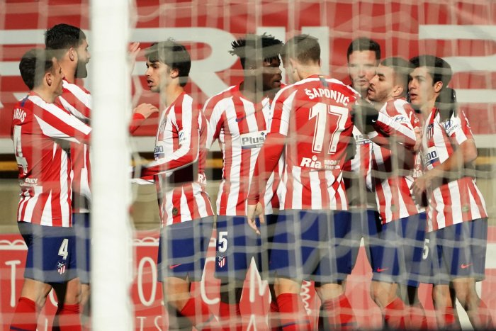Atletico Madrid's Argentinian forward Angel Correa (2R) celebrates with teammates after scoring during the Copa del Rey (King's Cup) football match between Cultural Leonesa and Club Atletico de Madrid at the Reino de Leon stadium in Leon. (AFP Photo)