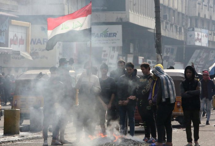 Iraqi anti-government protesters gather at al-Sinek bridge in the capital Baghdad. (AFP Photo)