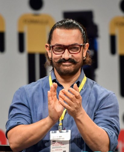 Superstar Aamir Khan, who starred along side Salman Khan in the 1994 Rajkumar Santoshi-directed movie, was one of the first from the film fraternity to pay tributes to Sinha.